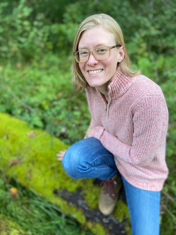 Katharina Nathe von achtsame Walderlebnisse bewundert die Haptik der Fichtennadeln.
